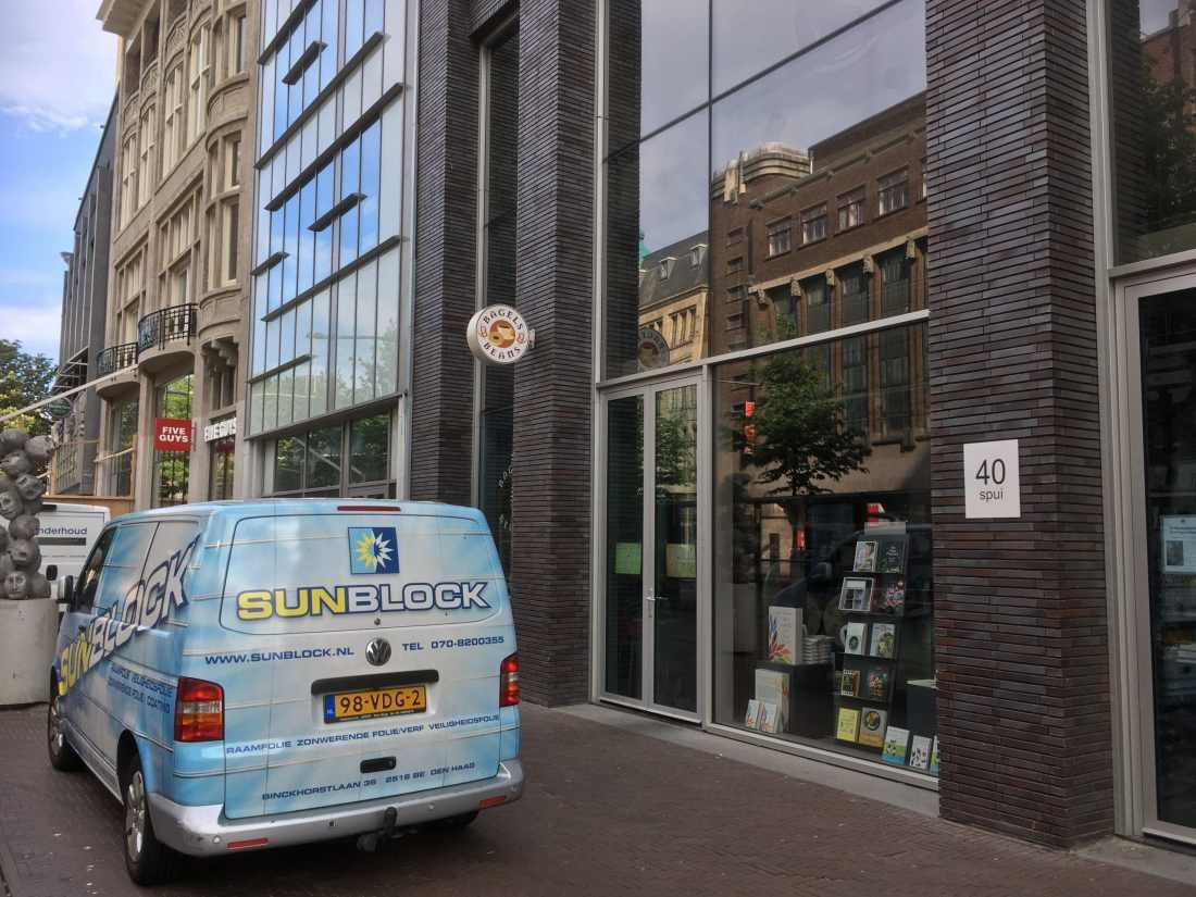 Sunblock Stainless Steel 40 gemonteerd op de boven etalage ruiten van Boekhandel de Vries & van Stockum aan het Spui in den Haag. Weinig opvallend met een hoge zonnewarmte wering