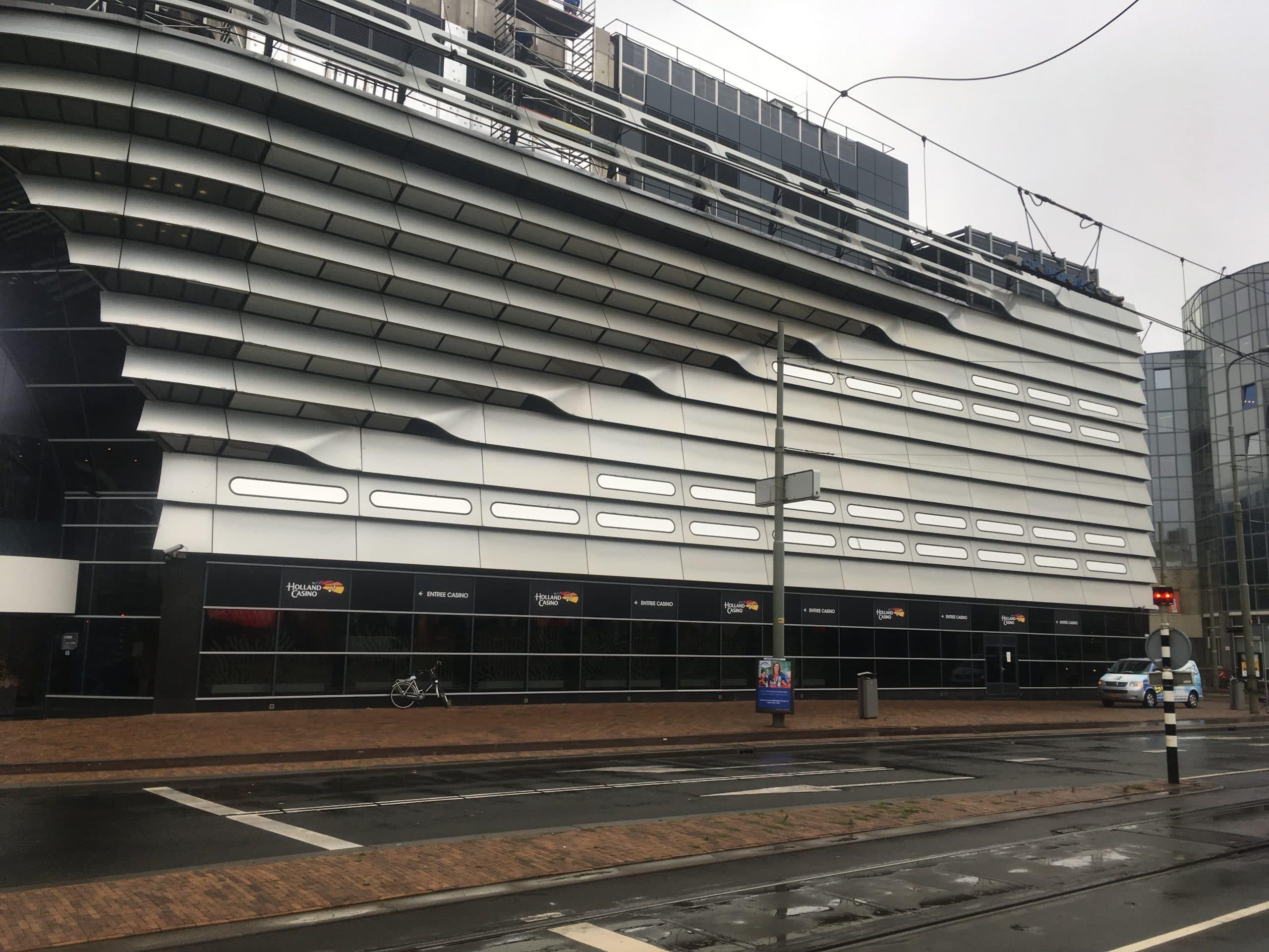 Holland Casino Scheveningen - montage van Sunblock Zilver 20 op alle liggende ramen zodat de inkijk belemmerd wordt.