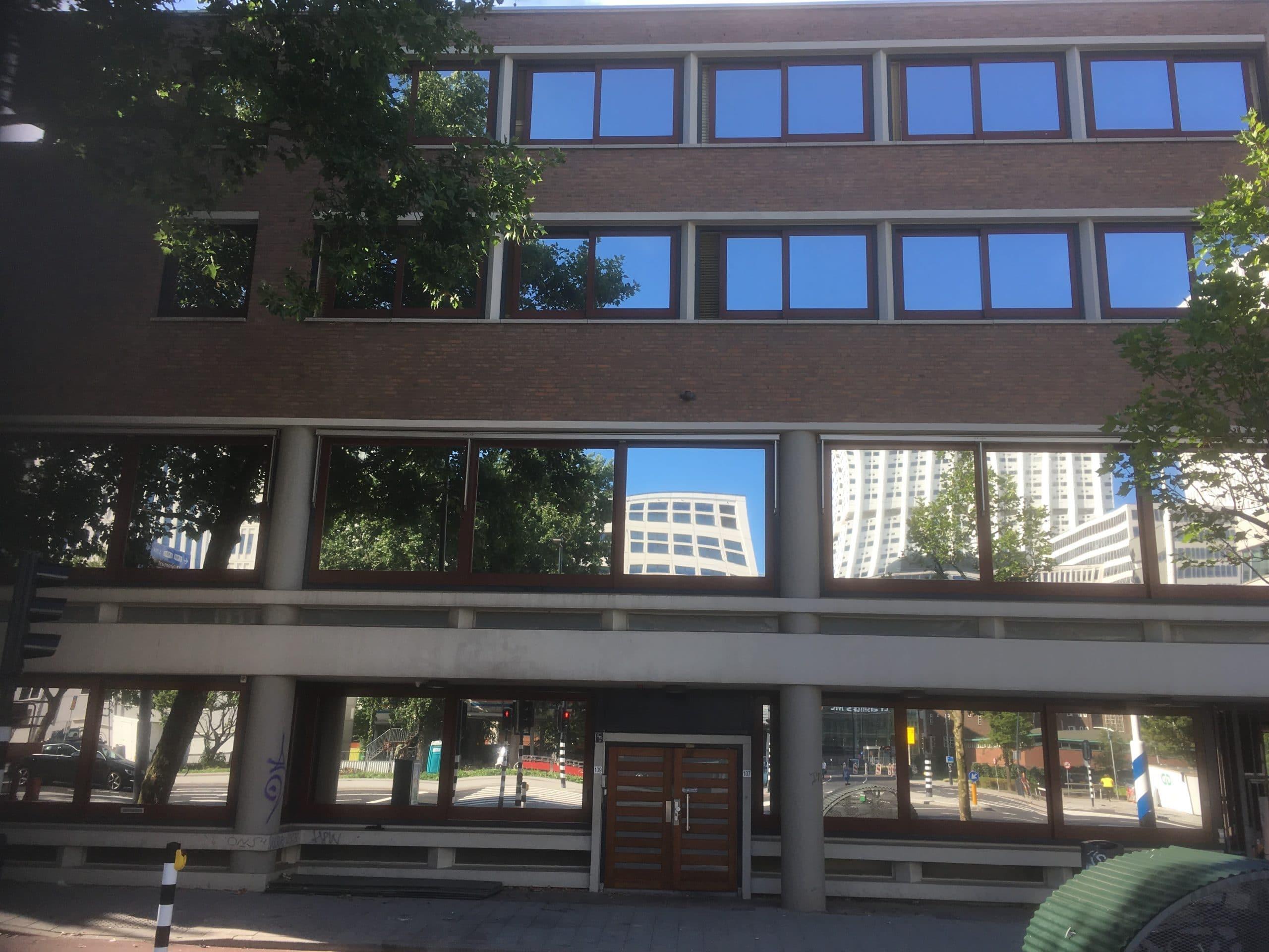 Rotterdam - Montage van Sunblock Zilver 20 glasfolie op de buitenzijde van het glas van kantoren. Hierdoor wordt de zonnewarmte tot 86% gereduceerd !