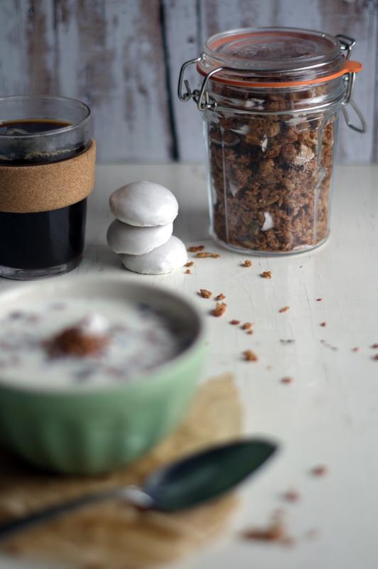 Frühstückstisch mit Pfeffernuss Granola