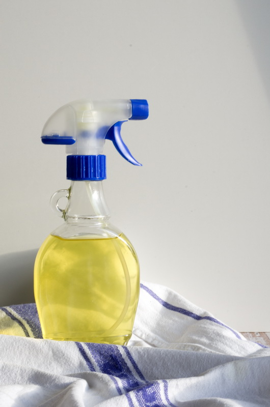 fertiger Orangen-Reiniger in der Sprühflasche