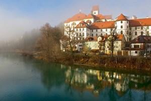 Kloster Sankt Mang und Lech im Nebel