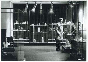 Besucherin im Glasmuseum