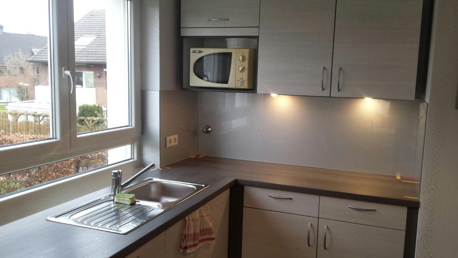Anfertigung einer Küchenrückwand mit entsprechenden Lochbohrungen Farbwahl des Kunden grau