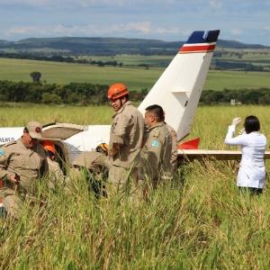 Bombeiros inspecionam avião após pouso de emergência em MS – Fernando Antunes/Campo Grande News