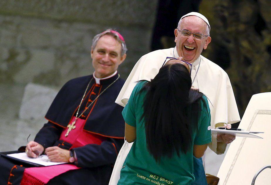 Brasileira se divertiu com o papa / Reuters/Tony Gentile