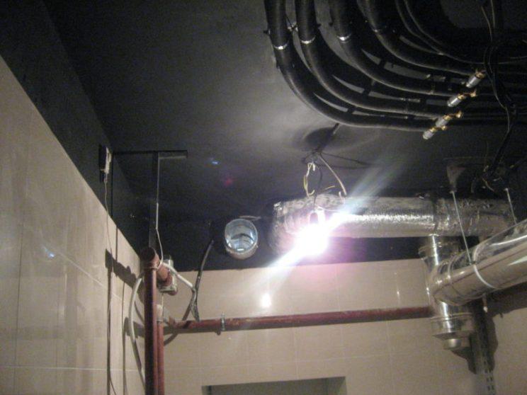 Коммуникации системы вентиляции и кондиционирования в подвале коттеджа под Москвой