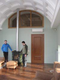 Система вентиляции над камином в коттедже в Подмосковье