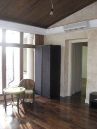 Кондиционер над дверью в комнате коттеджа
