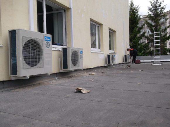Установка системы вентиляции на крыше офиса