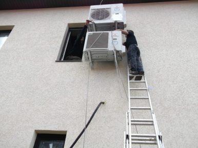 Монтаж систем кондиционирования на стене офиса. Второй этаж