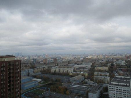 Монтажные работы. Вид из окна на город