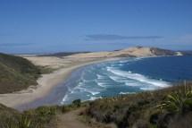 Te Werahi beach, côté mer de Tasman, dont la marche commence près du phare.