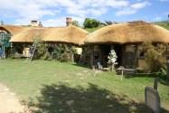 La taverne du Dragon Vert malheureusement avec des échafaudages pour refaire le toit de chaume
