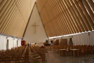"""intérieur en """"carton"""" de la nouvelle cathédrale"""