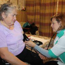 Ludmila BOGDAN, asistentă medicală, şi beneficiara Alexandra STOICA