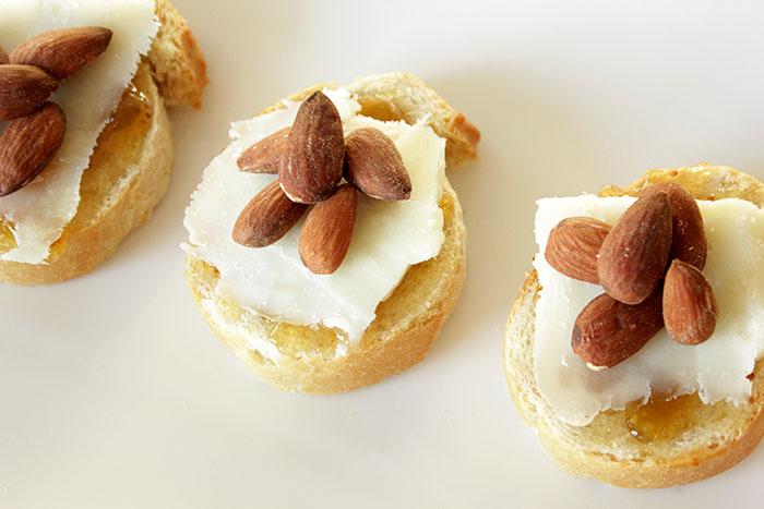 crostini-fig-jelly-almonds