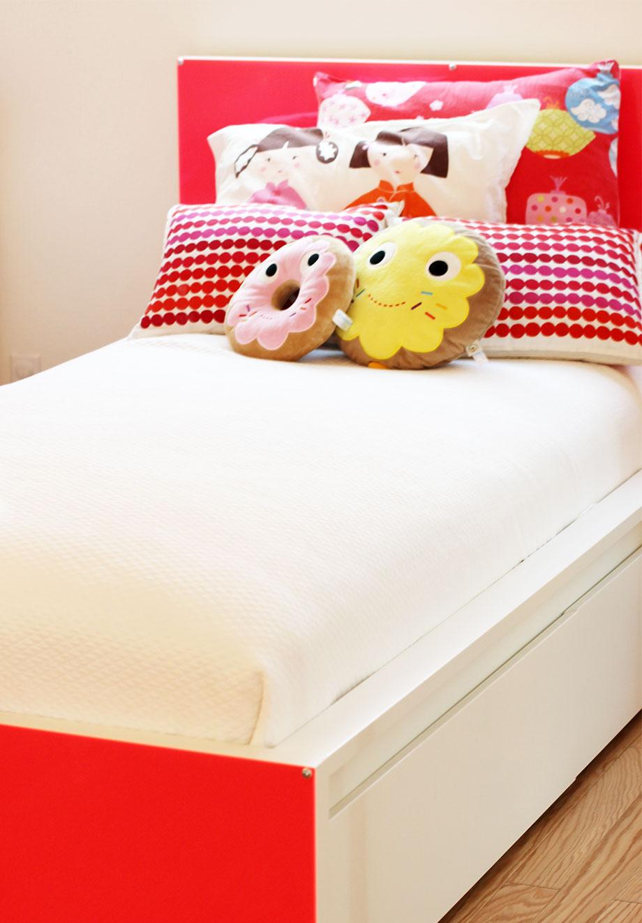 lucite-bed-hack