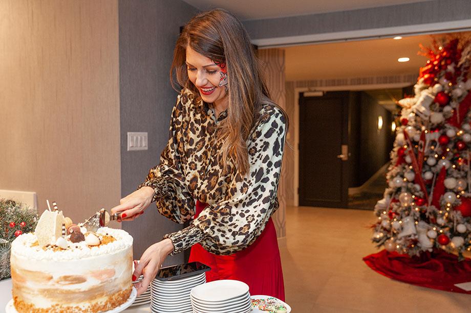 Corri McFadden cuts the Christmas cake.
