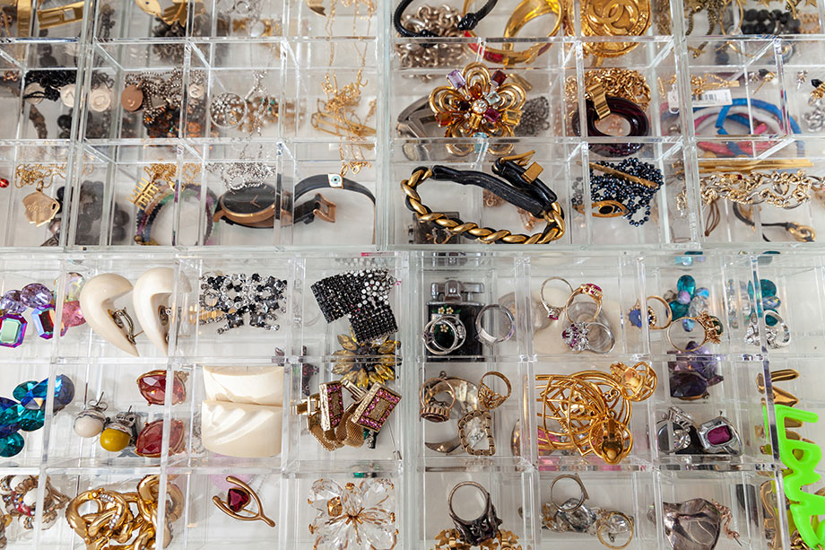 How to organize jewelry at home.