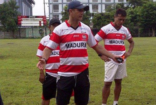 Istimewa Pelatih Madura United Go,es de Oliviera (bertopi).