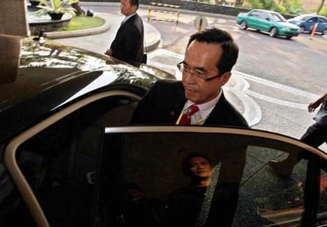 BI/hal Cap foto Eds 230611 wd File:4tinggalkan musda 2 BISNIS/WAHYU DARMAWAN MENINGGALKAN MUSDA: Ketua DPD Realestat Indonesia (REI) Jawa Timur Henry J Gunawan meninggalkan hotel tempat diselenggarakannya Musyawarah Daerah (Musda) REI Jatim ke-12, di Hotel Shangri-La, Surabaya, Rabu (22/06). Tindakan itu dilakukan Henry menyusul ricuh yang berkepanjangan akibat adanya dugaan duplikasi peserta. Kegiatan yang diselenggarakan setiap tiga tahun untuk memilih ketua dan pengurus asosiasi pengembang tingkat provinsi Jatim itu sejak awal telah diprediksikan memanas akibat persaingan sengit antar kandidat ketua.