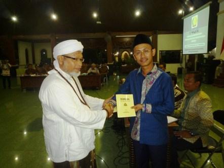 GN/ Masdawi Dahlan Bupati Achmad Syafii menerima buku konsep dan pemikiran penanganan narkoba dari para ulama.