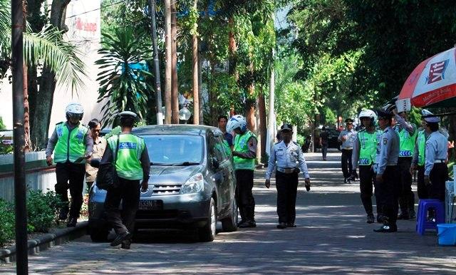 GN/IlustrasiPetugas gabungan Dishubkominfo dan Satlantas Polresta Solo memberi surat tilang kepada pemilik mobil yang parkir di area city walk Jalan Slamet Riyadi, Solo.