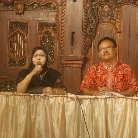 GN/Tok Suwarto TERUS MENYANYI: Waldjinah bersama Ketua Panitia Pelaksana Solo Keroncong Festival 2016, Hari Mulyono.