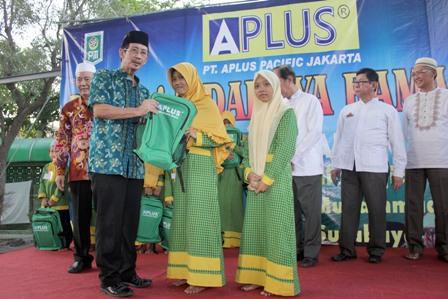 GN/Erfandi Putra Ketua Panitia Baksos yang juga Ketua DPW PITI Surabaya H Djoko Slamet menyerahkan bantuan kepada perwakilan anak yatim.