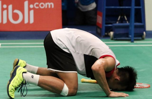 GN/Istimewa Pemain tunggal Indonesia Ihsan Maulana Mustofa sujud syukur usai tampil mengejutkan dengan mengalahkan pemain unggulan China.