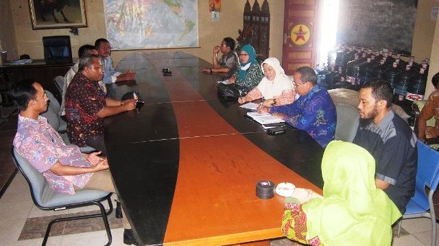 GN/Masdawi Dahlan Bupati Achmad Syafii (kiri) saat bertemu dengan manajemen salah satu perusahaan garam di Madura.