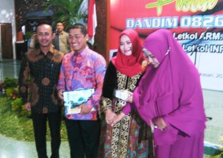 GN/Masdawi Dahlan Bupati Achmad Syafii dan Mantan Dandim Letkol Arm Mawardi beserta istri saat pisah kenal, akhir pekan kemarin.