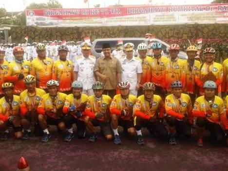 GN/Fakhrur Roziq Tim Nggowes Safari Kesehatan berpose bersama usai Upacara HUT RSAL Dr. Ramelan Surabaya, Senin (8/8/2016).