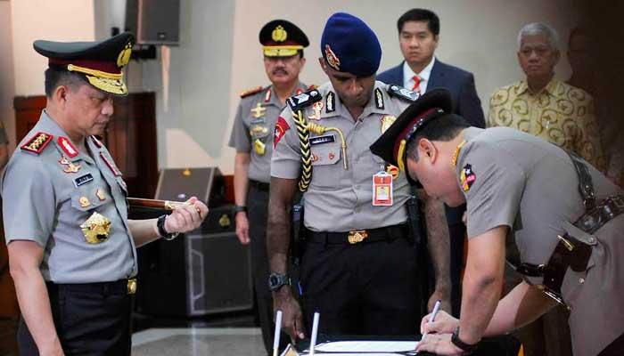 GN/Istimewa Kapolri Jenderal Tito Karnavian menyaksikan Komjen Syafruddin meneken berita acara pelantikan sebagai wakapolri, Sabtu (10/9/2016).