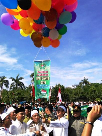 GLOBAL NEWS/MASDAWI DAHLAN Bupati Achmad Syafii melepas balon udara tanda dimulainya lomba Kirab Santri.