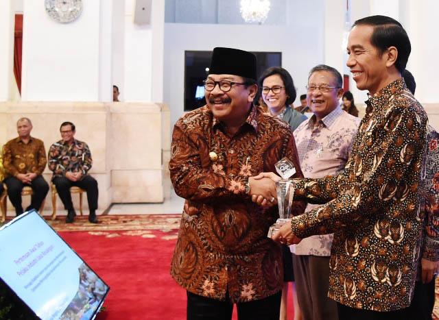 Gubernur Jatim Soekarwo mendapat ucapan selamat dari Presiden Jokowi.