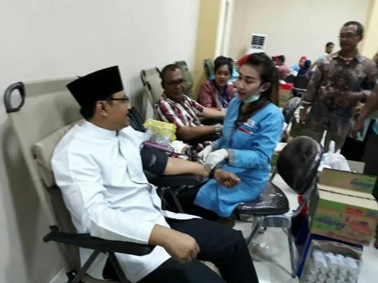 GN/Istimewa Wakil Gubernur Jawa Timur H Syaifullah Yusuf ikut mendonorkan darahnya dlam baksos PWI Jawa Timur, Sabtu (11/3/2017).