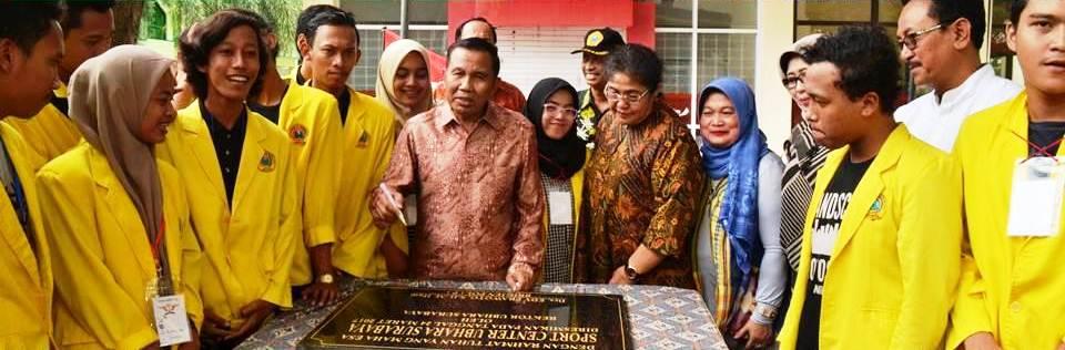 GN/Istimewa Rektor Ubhara Edy Prawoto menandatangani prasasti peresmian sport centre, Jumat (24/3/2017).