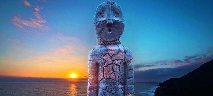 """Escultura """"Momia guardiana"""", del asentamiento y momificación artificial de la cultura chinchorro, en Chile."""