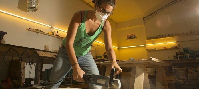 Sandy Lyen est un artisan menuisier et entrepreneur d'une vingtaine d'années, originaire de Beyrouth, au Liban.