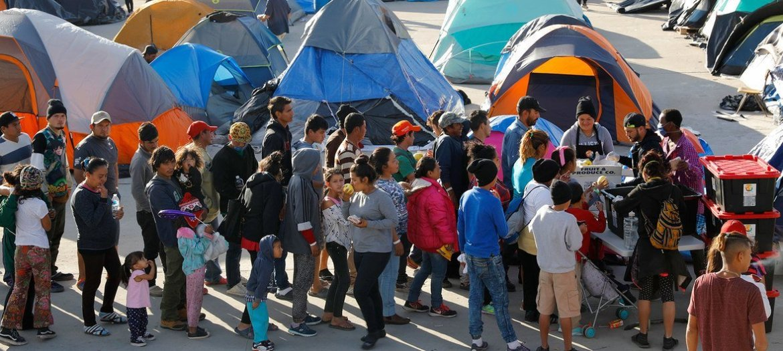Solicitantes de asilo hacen cola en el refugio del El Barretal en la ciudad fronteriza mexicana de Tijuana.