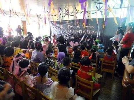幼稚園でのハロウィーンのパーティ。みんな思い思いの仮装を楽しみます。