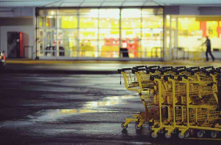 कंक�रीट की जमीन पर पीली खरीदारी की गाड़ियां