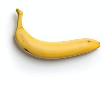 plátano amarillo sobre fondo blanco