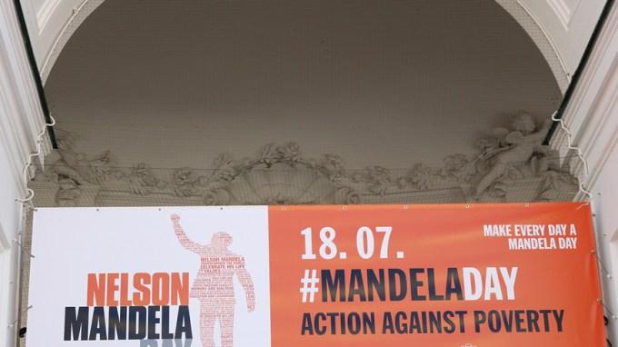 Transparent zum #MandelaDay an der Salzburger Kollegienkirche
