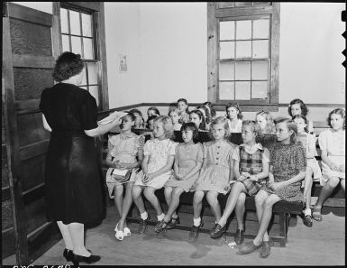 800px-sunday_school_at_the_baptist_church_which_is_not_on_company_property_and_was_built_by_the_miners-_lejunior_harlan-_-_nara_-_541342