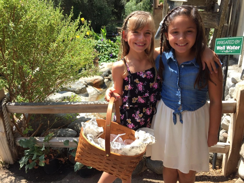 Picnic Basket lunch at Myrtle Creek Botanical Gardens located in Fallbrook CA. | Global Munchkins