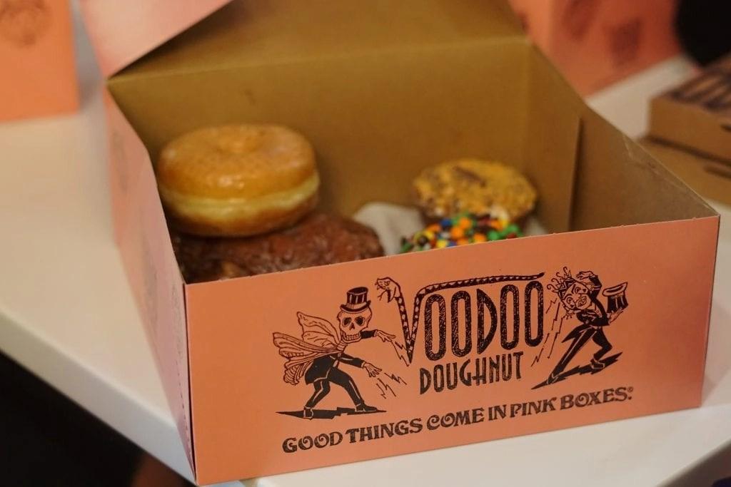 voodoo donuts citywalk - pink box