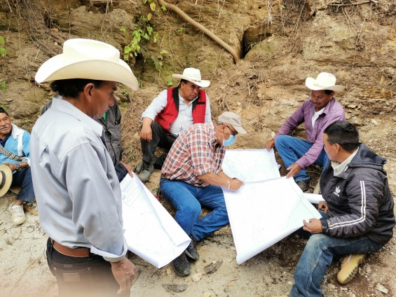 The ASUVI studies the plans for the water project.